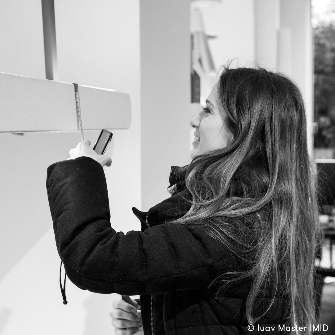 iuav_master_interactive_media_for_interior_design_studentessa_mentre_prende_le_misure_dello_showroow_Magis_di_Milano.jpg