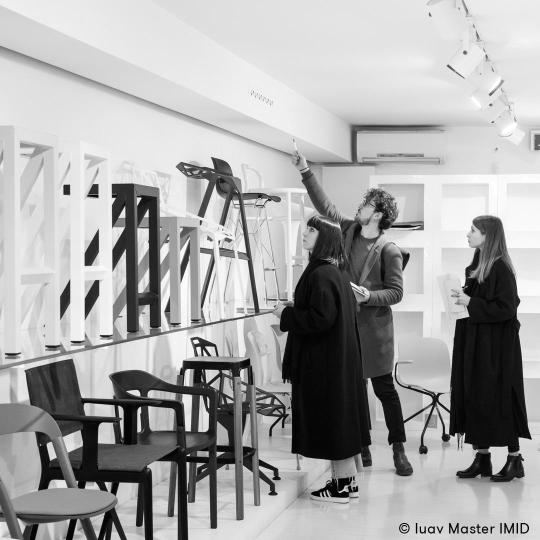 iuav_master_interactive_media_for_interior_design_studenti_che_fanno_rilievo_dello_showroom_di_Magis_a_Milano.jpg