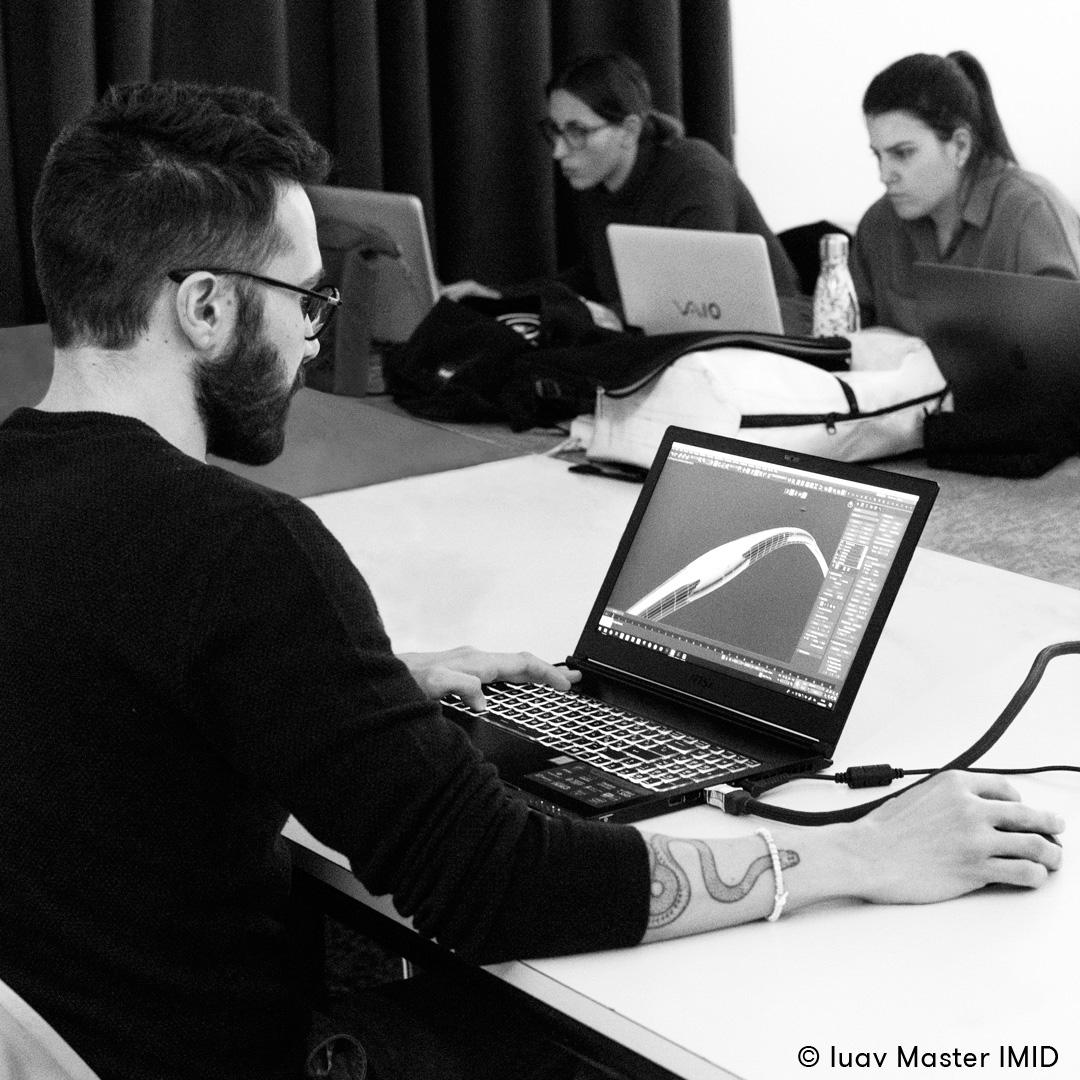 iuav_master_interactive_media_for_interior_design_Lorenzo_Zaccarin_in_aula_lezione_di_modellazione_avanzata_3D.jpg