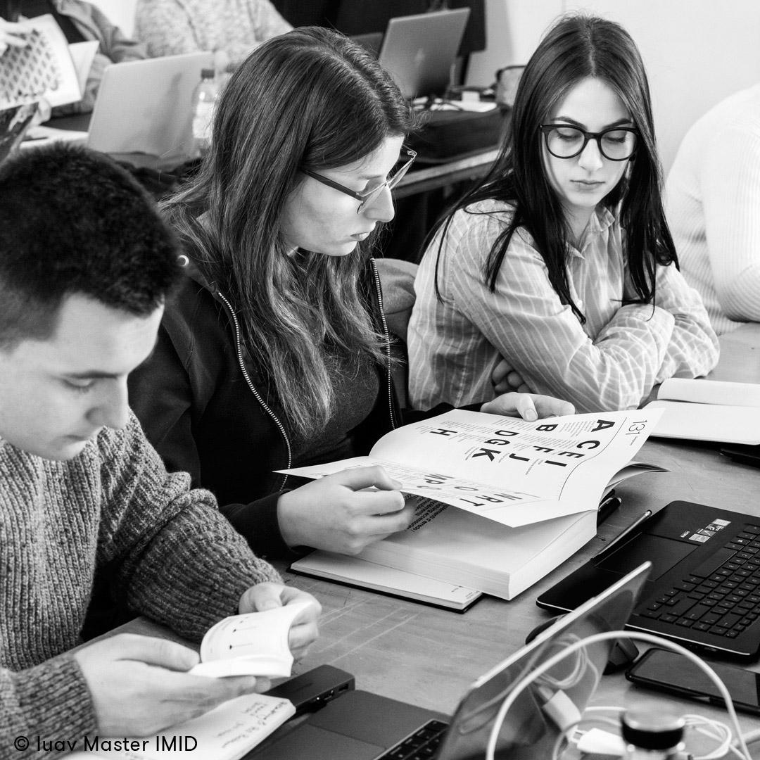 iuav_master_interactive_media_for_interior_design_studenti_in_aula_che_sfogliano_catologhi_di_interni.jpg