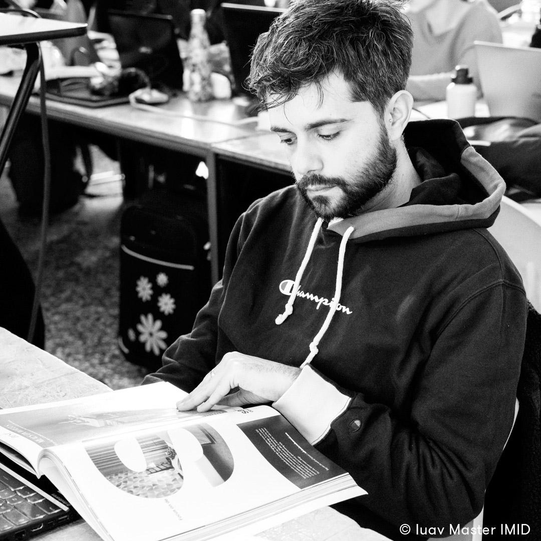 iuav_master_interactive_media_for_interior_design_studente_in_aula_mentre_legge_rivista_di_design.jpg