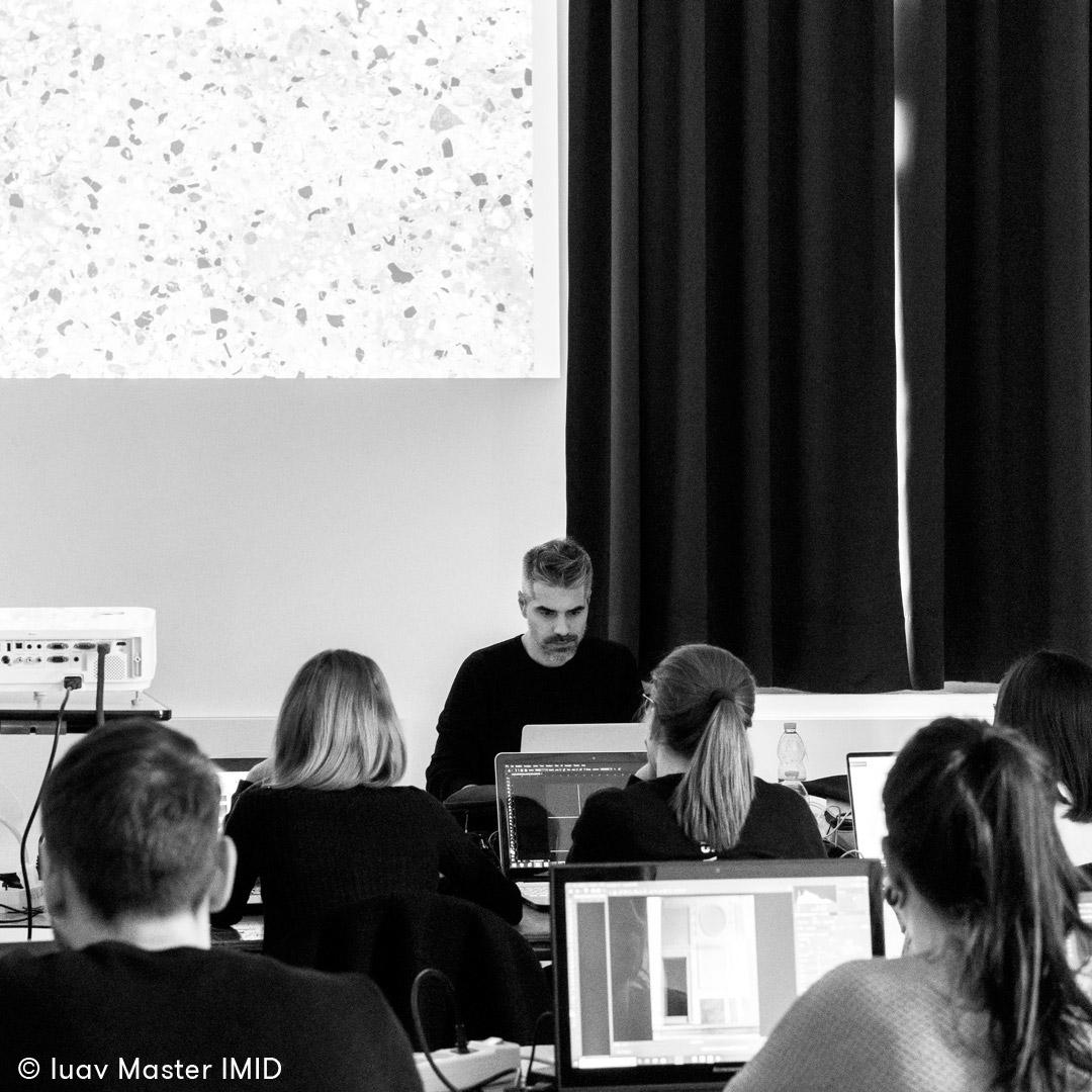 iuav_master_interactive_media_for_interior_design_Luciano_Comacchio_in_aula_terrazzo_veneziano_proiettato.jpg